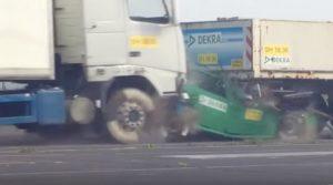 Le crash d'une voiture de tourisme entre deux camions !