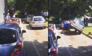 Trois costauds déplacent des voitures mal garées à leur façon
