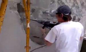 Un ouvrier ne sais pas comment ça marche un marteau piqueur !