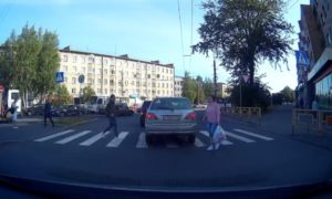 Il passe à travers une voiture sur un passage clouté