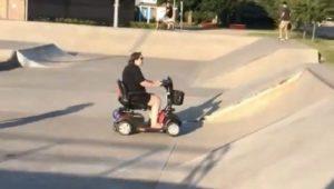 Elle roule en scooter électrique d'invalide dans un Skatepark