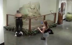 Une touriste s'amuse à détruire une sculpture de sable dans le hall d'un hôtel