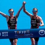 Ces deux triathlètes sont disqualifiées après avoir franchi la ligne d'arrivée ensemble