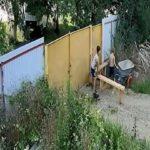 Petits voleurs de brouette de chantier en train de franchir un portail