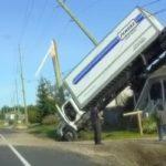 Un camion se retrouve sur le toit d'un pavillon lors d'une sortie de route