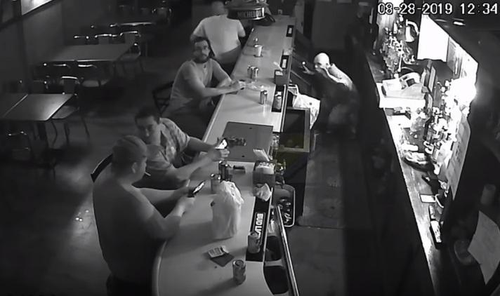 Le client d'un bar refuse de donner son téléphone à un voleur lors d'un braquage