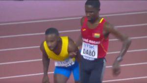 Un coureur épuisé soutenu par son concurrent jusqu'à la ligne d'arrivée