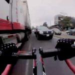 Ce cycliste prend le risque de rouler à contre-sens entre les véhicules