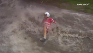 Le cycliste Johan Price-Pejtersen tombe dans une immense flaque d'eau