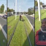 Un homme à vélo n'aime pas le son de la cloche d'un tramway