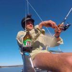 Il pêche depuis une chaise transportée par drone