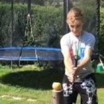 Il teste un katana au bord d'une piscine gonflable