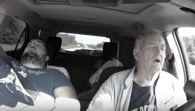 Un vieil conducteur s'endort au volant et évite de peu de foncer dans une autre voiture