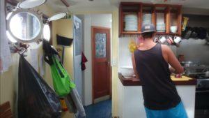 Préparer un repas à la cuisine d'un bateau en mer agitée