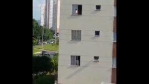 Il aperçoit un bébé en train de jouer sur le rebord d'une fenêtre!