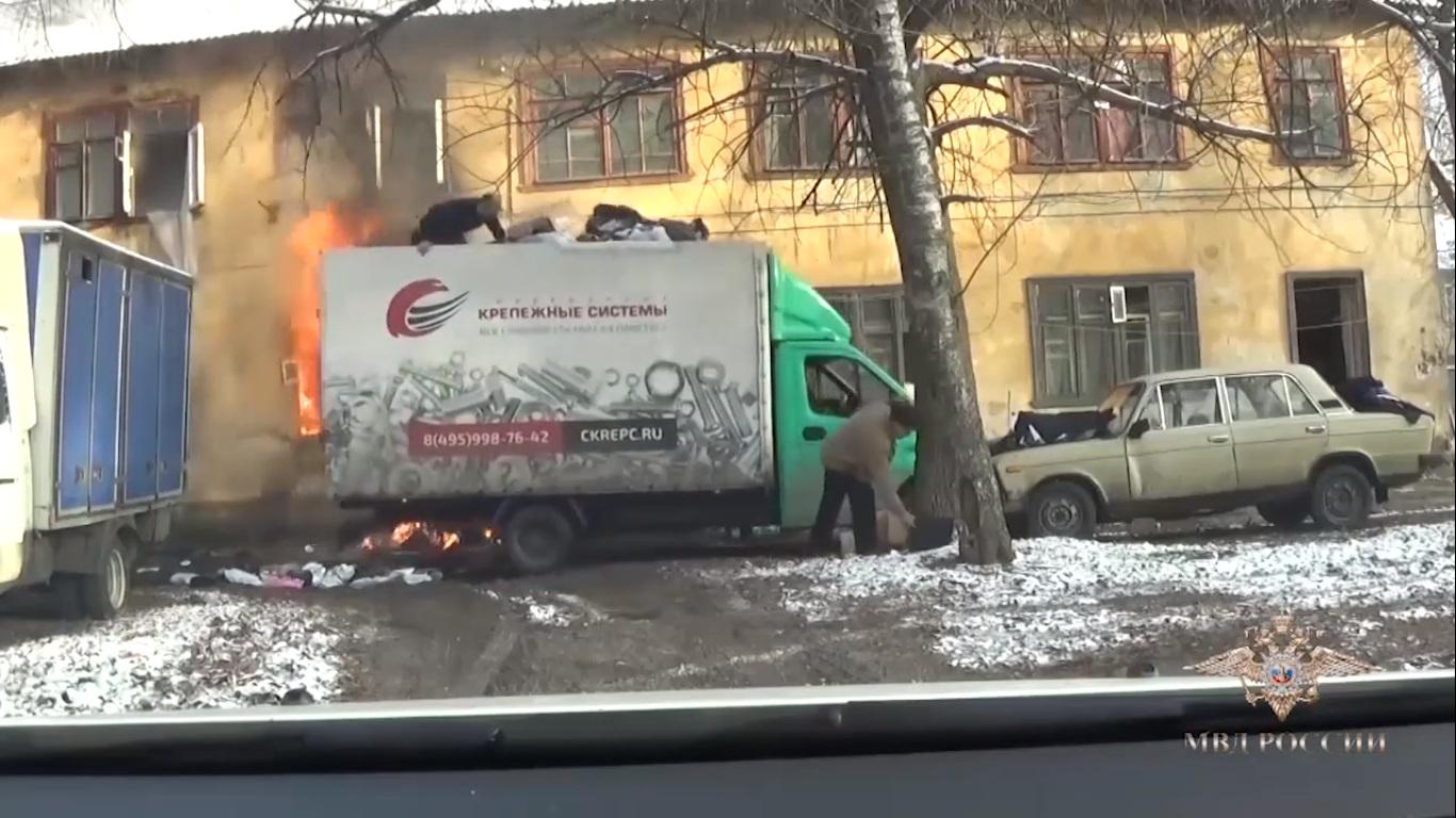 Ils se servent d'un camion pour évacuer un appartement en feu