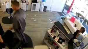 Un cerf surprend les clients d'un salon de coiffure