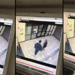 Un jeune couple glisse sur le sol verglacé devant un immeuble