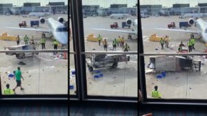 Des employés ne savent pas quoi faire pour arrêter un chariot dans un aéroport