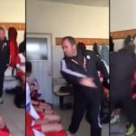Un entraîneur de football gifle les joueurs dans le vestiaire