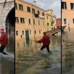 Un homme déguisé en père Noël veut faire un selfie à Venise