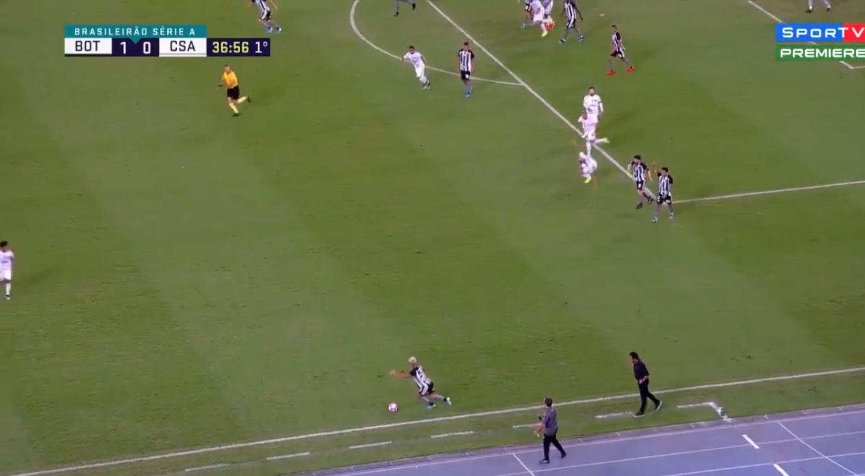 Un joueur se lève miraculeusement en voyant le ballon pour déclencher une contre-attaque