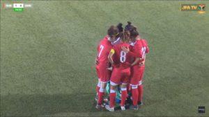 Des joueuses protègent une footballeuse à l'abri des regards après que son hijab s'est détaché