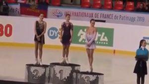 Il a remis la médaille d'or à la patineuse artistique classé troisième par erreur