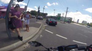 Un motard distrait par des filles en mini jupe et c'est la catastrophe