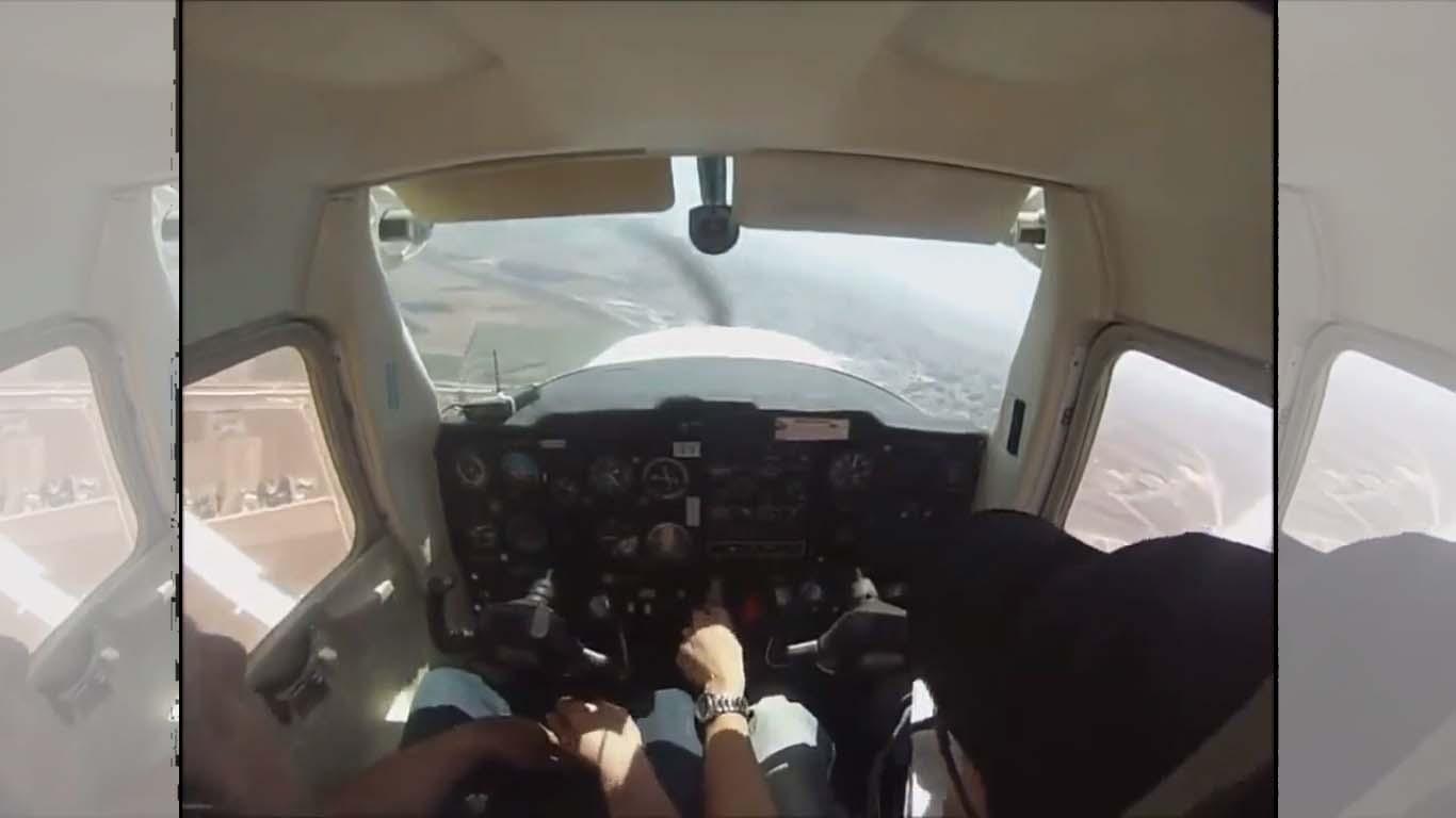 Une panne moteur force ce pilote d'avion à atterrir en urgence dans un champ