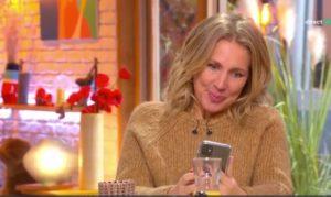 Son téléphone affiche un sexto avec emoji lors de l'émission Les Maternelles