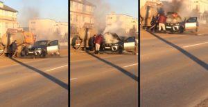Un camion de vidange éteint une voiture enflammée avec des excréments