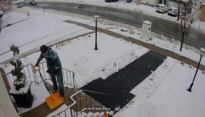 Il déneige devant chez lui mais le chasse-neige lui ruine sa journée