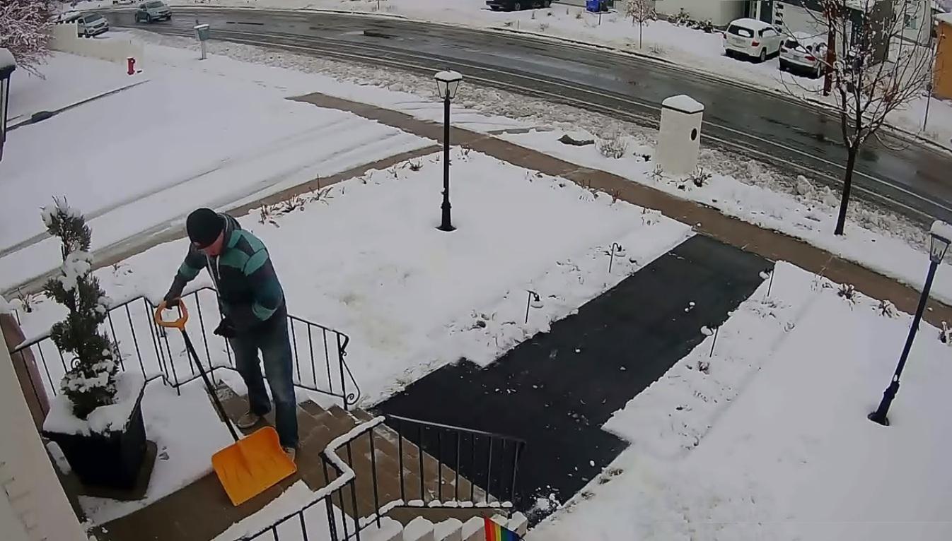 Il déneige devant chez lui mais le chasse-neige lui a gâché sa journée