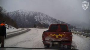Un chauffeur de dépanneuse se fait une énorme frayeur au bord de la route