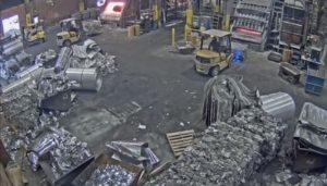 Un ouvrier d'usine jette des déchets dans une fonderie et se prend un grand risque