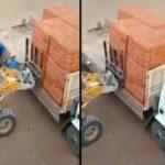 Un ouvrier rate le déchargement des briques d'un camion