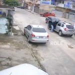 Un voleur de voiture n'arrive pas à conduire avec une boite manuelle