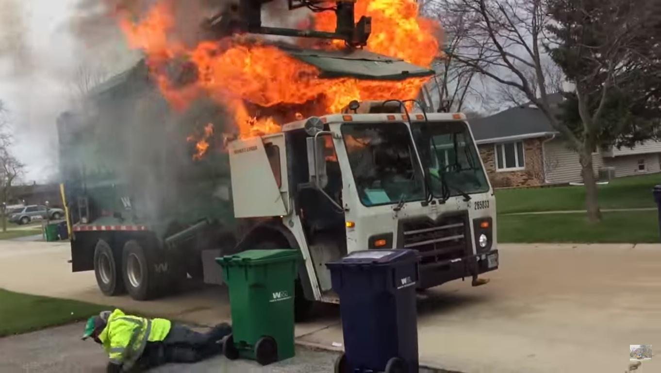Un camion à ordures ménagères prend feu