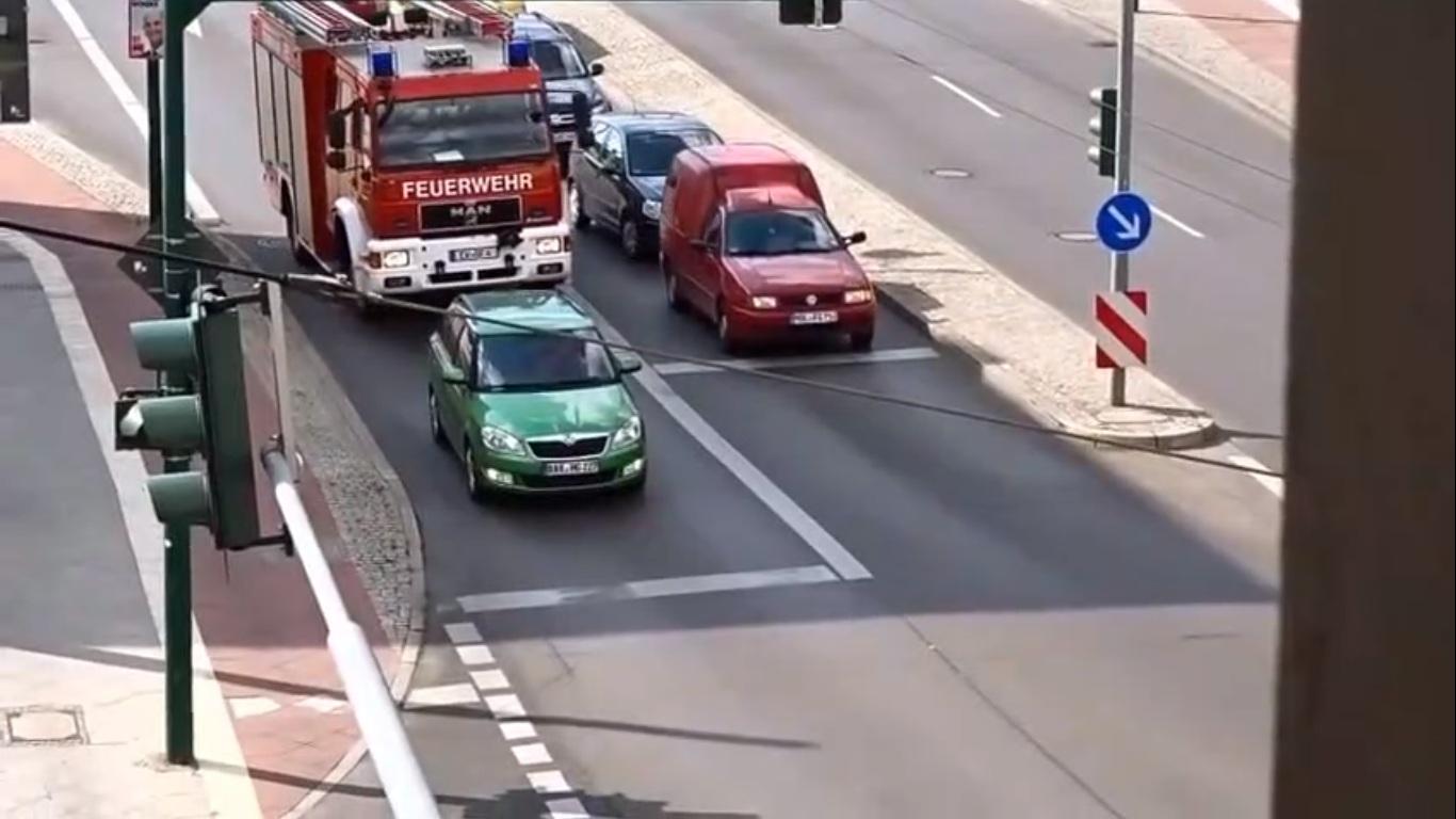 Un conducteur bloque un camion de pompier et refuse de le laisser passer