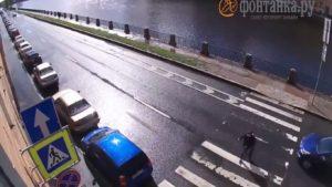 Un automobiliste tombe dans la rivière après avoir été percuté par l'arrière