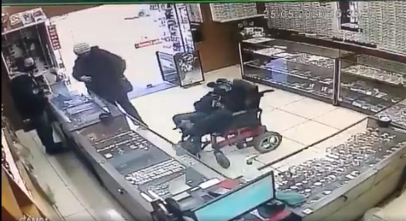 Un braqueur en fauteuil roulant vole une bijouterie