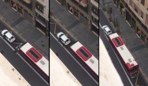 Ce chauffeur de bus n'apprécie pas du tout qu'une voiture se trouve sur sa voie