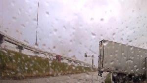 Un camion fait une sortie de route comme un autre camion quelques instants plus tard