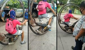Il conduit une moto à une roue