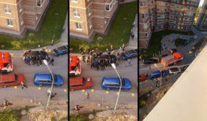 Les gens déplacent une voiture hors du chemin d'un camion de pompiers !