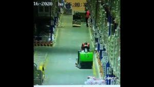 Un employé s'endort au volant et fait tomber les rayonnages d'entrepôt