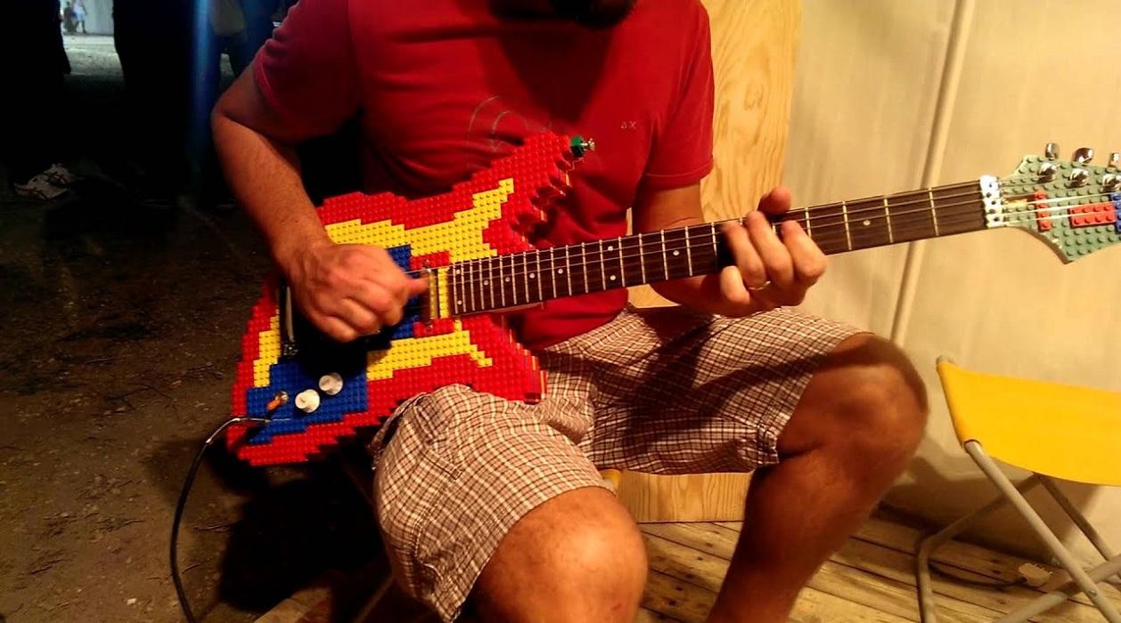 Une guitare en Lego qui fonctionne vraiment