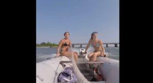 Le moteur de leur bateau en caoutchouc se décroche en pleine balade