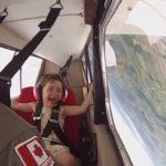 Un pilote canadien emmène sa fille dans un vol acrobatique en avion
